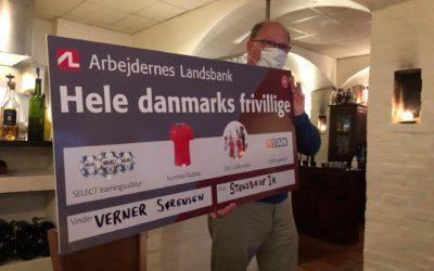 UNGDOMSFORMAND VERNER SØRENSEN HYLDET MED ARBEJDERNES LANDSBANKS FRIVILLIGHEDSPRIS